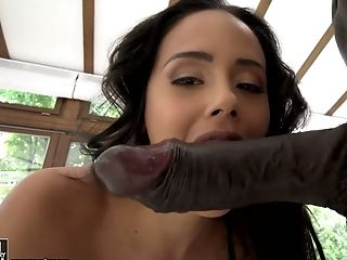 Svelte And Sexy Colombian Beauty Andreina De Luxe Gives A Good Oral Pleasure