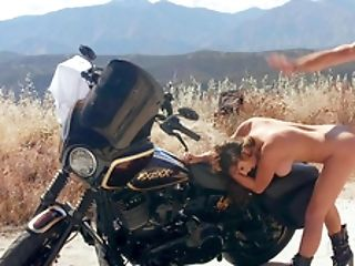 Voluptuous Woman Gets Laid On The Bike During Lengthy Journey