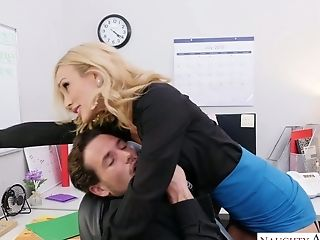 Wild Inviting Assistant Sarah Jessie Is Good At Topping Her Manager
